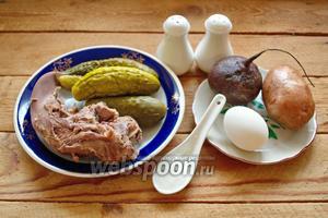 Для приготовления салата нам нужен язык свиной, свёкла, картофель отварной в мундире, яйца куриные, огурцы маринованные (или бочковые), сметана, соль и перец по вкусу.