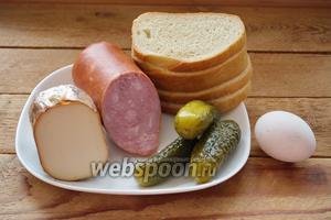 Для приготовление бутербродов нам нужен батон белого хлеба, колбасный сыр плотной консистенции, яйцо куриное сырое, ветчина, маринованный огурец.