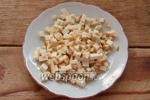 Батон нарезать. Я взяла нарезанный промышленно. Колбасный сыр нарезать на кубики.