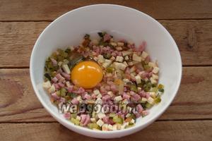Соедините в мисочке сыр, ветчину и огурцы. Добавьте яйцо. Всё перемешайте. Добавлять соль не следует. Огурцы не только наполнение, но и заменяют все виды специй в блюде.