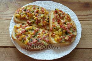 Запекайте в духовке при 200°С около 8-10 минут. Бутерброды подрумянятся и можно подавать к столу.