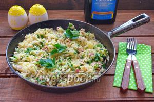 Тёплый салат с пастой ризони и тунцом