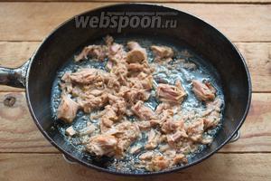 Тунец вынуть из банки и вместе с жидкостью поместить на сковороду. Перемешайте всё, разбив крупные куски рыбы. Прогрейте тунца на сковороде около 2 минут.