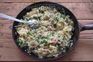 Добавьте зелёный соус и снова перемешайте. Остаётся приправить солью и перцем. Салат готов.