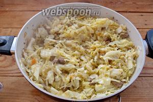 Тушите всё вместе под крышкой, периодами помешивая до готовности капусты. Добавьте хмели-сунели и специи, соль.