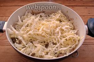 Через 3-4 минуты добавьте нашинкованную капусту.