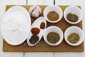 Для приготовления адыгейской соли возьмём такие ингредиенты: соль, чеснок, хмели-сунели, кориандр молотый, базилик сушёный, майоран сушёный, лук зелёный сушёный, перец чёрный молотый, паприку сладкую молотую, перец красный молотый.