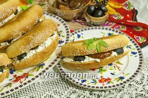 Сэндвич с козьим творогом, вялеными томатами и оливками