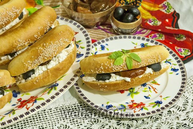 Фото Сэндвич с козьим творогом, вялеными томатами и оливками
