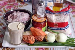 Для фарша будем использовать замечательную духовую свинину, заднюю часть. Овощи: морковь, сельдерей, лук — уже почищены, зелёный лук вымыт. В этот раз используем домашнюю сметану, приготовленную из коровьих сливок.