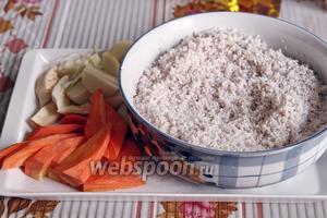 Промываем и замачиваем дроблёный рис. Овощи режем на куски для мясорубки.