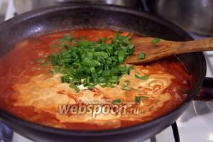 Последняя нота вкуса в соусе — зелёный лук, резанный средними кусочками.