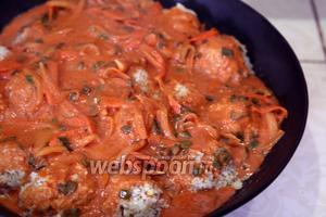 Снимаем фольгу с вока, заливаем тефтели из свинины томатным соусом и запекаем их ещё 5 минут в духовке, включив режим гриль. Вы можете приступать к трапезе, как только тефтели достигнут подходящей температуры. Приятных гастрономических впечатлений!