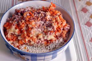 Добавляем фарш из свинины и корнеплодов к замоченному рису.