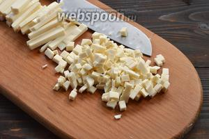 Тем временем сыр нарезать мелким кубиком.