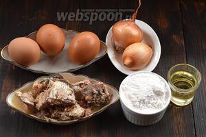 Для работы нам понадобится сардина в масле, яйца, мука, подсолнечное масло, лук.