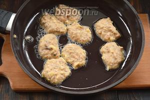 На разогретую сковороду с подсолнечным маслом, столовой ложкой, выкладывать небольшие оладушки.