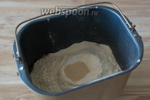 Просейте муку, в центр горки высыпьте дрожжи. Поставьте замешиваться тесто. У меня этот процесс занимает 1 час 30 минут.