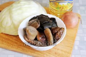 Приготовить начинку: взять грибы (у меня отваренные и замороженные белые и моховики), капусту, лук и масло для жарки.