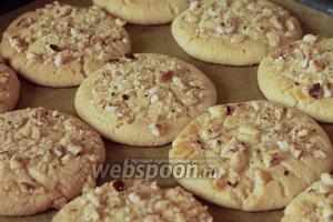 Готовые печенья остудить на решётке. Хранить их в закрытой посуде.