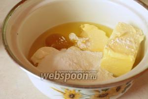 В другую, более большую миску, положить все остальные ингредиенты, кроме фундука, а также куриный желток (белок отставить в сторону).