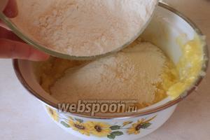 Постепенно подсыпая муку, замесить мягкое тесто. Муки может понадобиться больше или меньше чем в рецепте, поэтому добавляйте её постепенно.