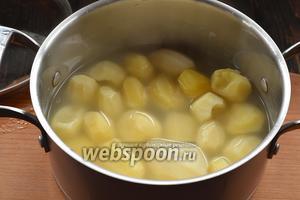 Картофель очистить и отварить до готовности в подсоленной воде. Слить воду. Размять до образования однородной массы.