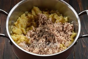Отваренную грудку пропустить через мясорубку. Соединить её с картофелем, подготовленным луком. Приправить солью и перцем.