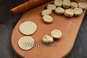 Раскатать каждый кусочек в круглую лепёшку, толщиной  1-1,5 мм.