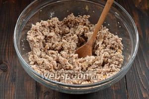 Приправить по вкусу солью и перцем.