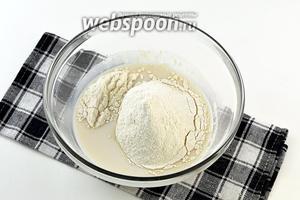 Соединить тёплое молоко (40°С), соль, сахар, раскрошенные дрожжи и муку.