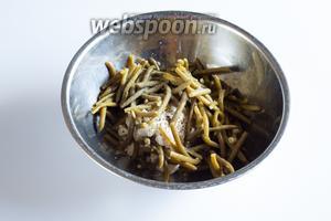 Фасоль со сметаной щедро солятся и очень щедро перчатся молотым чёрным перцем.