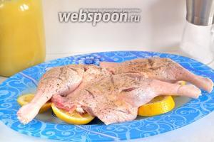 Утиные ножки натереть мёдом и положить их на лимонные кружки. Оставить помариноваться на 30 минут.