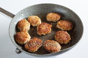 Обжаривайте соевые котлеты в большом количестве масла на среднем огне по 2-3 минуты с каждой стороны. Переворачивать их удобнее с помощью двух лопаточек или ложек.