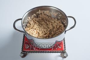 Добавить в сухой соевый фарш столько воды, чтобы получилась влажная каша. Приправить его солью, довести до кипения и томить под крышкой на самом слабом огне 10 минут.