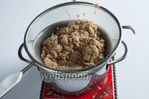 После пропаривания откинуть соевый фарш на дуршлаг или сито и дать жидкости стечь, а фаршу — остыть до чуть тёплого.