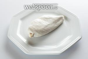 Куриная грудка, приготовленная на пару, сервируется горячей. Но в холодном виде это мясо очень хорошо для лёгких салатов.