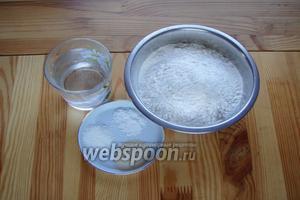Для приготовления булочек нам понадобится мука, дрожжи, соль, сахар, тёплая вода.