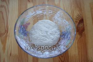 И замешиваем тесто, оно будет жидковатое, неплотное, но рабочее. Собираем его в колобок и на 1 час отправляем в тёплое место.