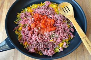 Выложить в сковороду фарш, размятые помидоры (свежие помидоры обдать кипятком, снять кожуру и нарезать кубиками) и зиру. Перемешать и потушить.