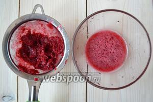 Отожмите пюрированные ягоды через сито. Из 60 г клюквы у меня получилось 40 г густого сока. Смешайте жидкость с равным по весу количеством сахара (в моём случае — 40 г). Подождите, пока сахар растворится.