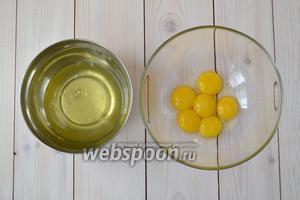 Яичные желтки отделите от белков. Для желтков подойдёт любая ёмкость, а вот для белков нужно подобрать ту, что подходит для взбивания. Это должна быть чистая и абсолютно сухая миска из стекла или нержавейки.