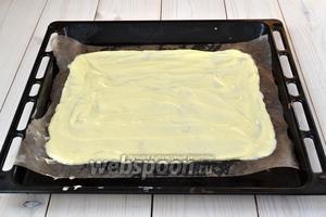 Пропитайте растительным маслом 3 листа пергамента. Постелите 1 из них на противень и выложите на него 5 ст. л. теста. Распределите тесто по пекарской бумаге тонким слоем.