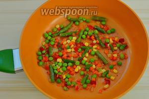 На сковороду, где жарили котлеты, выкладываем оставшиеся овощи на 2 минутки, лишь для того, чтобы их прогреть в соусе, который получился от жарки котлет. Котлеты готовы, овощи готовы и для остроты ощущений можно подать их с консервированным перчиком чили.