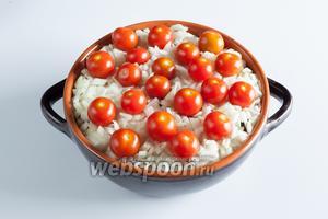 На лук выкладываем помидоры. Если это крупные помидоры, то они режутся, а вот маленькие закладываются целиком.
