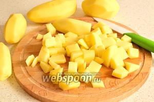 Картофель очистить и нарезать небольшим кубиком, как и утку.