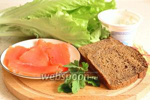 Подготовим продукты для приготовления канапе: листовой салат, сёмга слабосолёная, творожный сливочный сыр, ржаной хлеб, зелень петрушки.