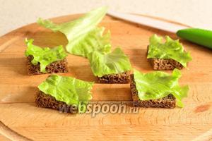 Такими же квадратами нарезать лист салата.