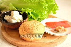 Для приготовления фишбургера понадобятся булочка для бургеров, творожный сливочный сыр, 1 чайная ложка трески и форель слабого посола.
