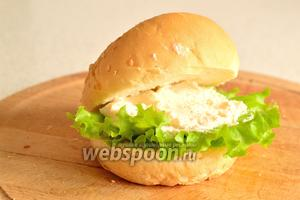 На лист салата положить смесь творожного сыра и икры.